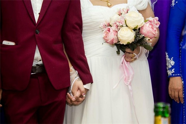 Cả hai thân mật, nắm chặt tay nhau trong ngày cưới.