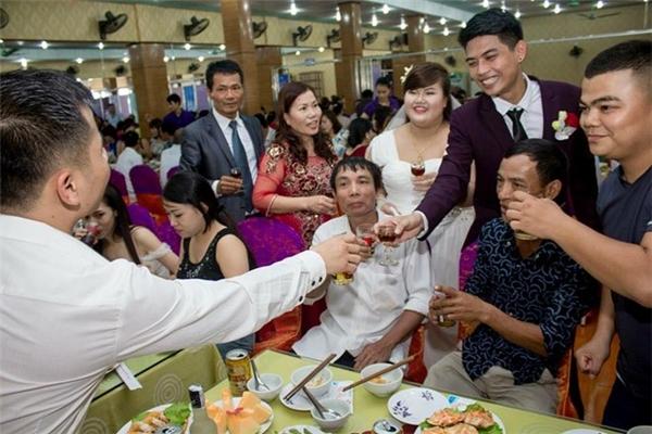 Người thân, bạn bè và cả những vị khách lạ mặt cùng nâng ly chúc cho đôi trẻ trăm năm hạnh phúc.