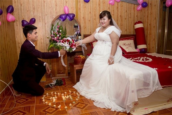 """Phòng tân hôn của cô dâu, chú rể được trang trí với hoa, bóng lãng mạn. Sau lễ cưới, cặp đôi sẽ dành một ngày nghỉ dưỡng bên nhau. Thanh Mai cho biết: """"Chúng mình dự định khai trương một quán ăn và phát triển thành chuỗi cửa hàng ăn vặt. Cả hai cũng mong sớm có thêm thành viên mới""""."""