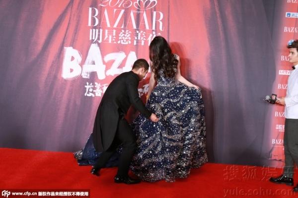 AngelaBaby được Huỳnh Hiểu Minh đỡ váy.