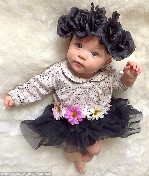Mẹ của cô bé vốn là một nhà thiết kế thời trang trẻ em tự do.(Ảnh: Instagram)