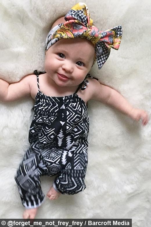 Ngay từ lúc 8 thángtuổi, nhóc tì đã được mẹ chăm chút cho một phong cách thời trang ổn định.(Ảnh: Instagram)