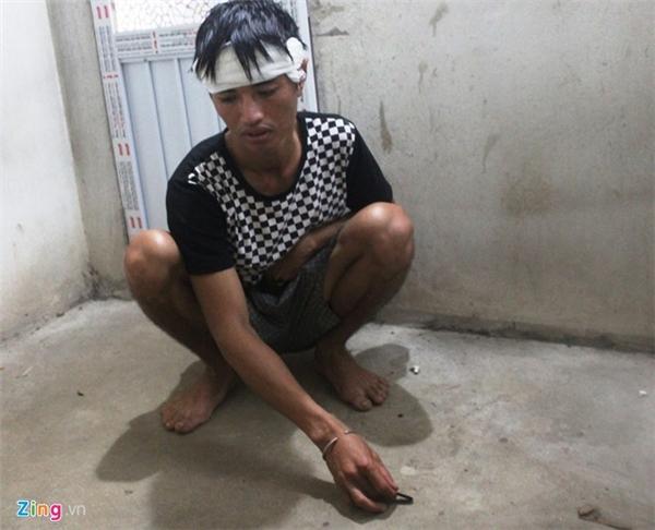Anh Quân chỉ nơi vợ mình bị phát hiện tử vong. Ảnh: Phạm Hòa.
