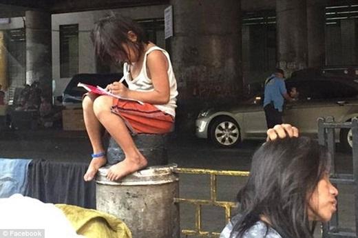 Hình ảnh cô bé Cielo Gonzales hiếu học lay động hàng nghìn trái tim. (Nguồn: Daily Mail)