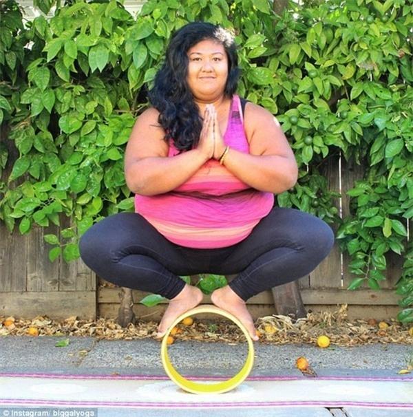 Choáng với cô gái có thân hình ngoại cỡ tập yoga điêu luyện