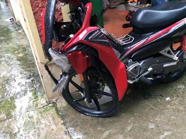 Chiếc xe gắn máy bị hư hỏng nặng khiếnToản rất khó dắt về nhà trong thời tiết mưa to, đường ngập. Rất may anh đã nhận được sự giúp đỡ của nhiều người tốt. (ẢnhFB)