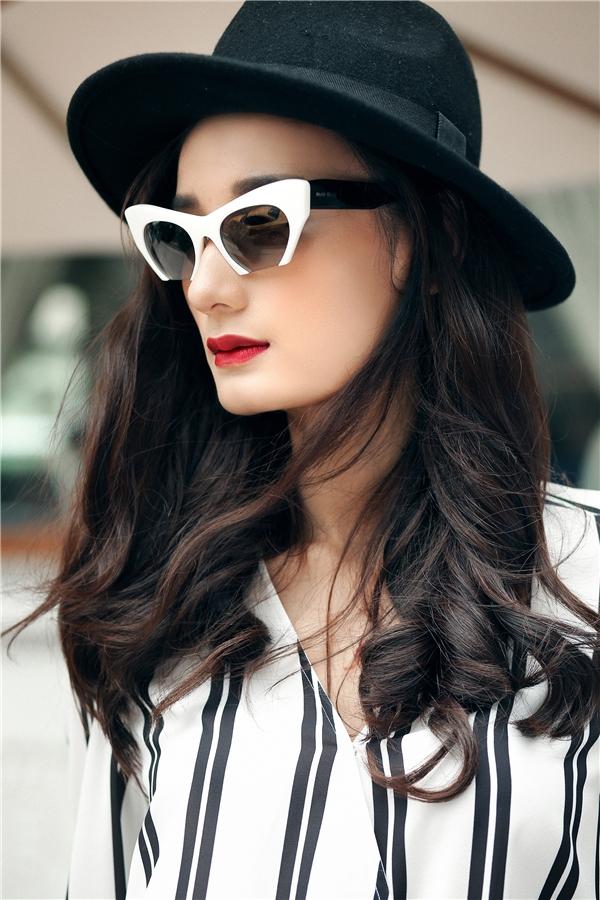 Sau khi kết hôn, Lê Thúy được nhận xét có phần mặn mà, sắc sảo hơn. Khuôn mặt góc cạnh đầy thu hút của cô nàng trở nên mềm mại hơn nhờ tông trang điểm tự nhiên, lấy điểm nhấn ở màu môi đỏ poplin.
