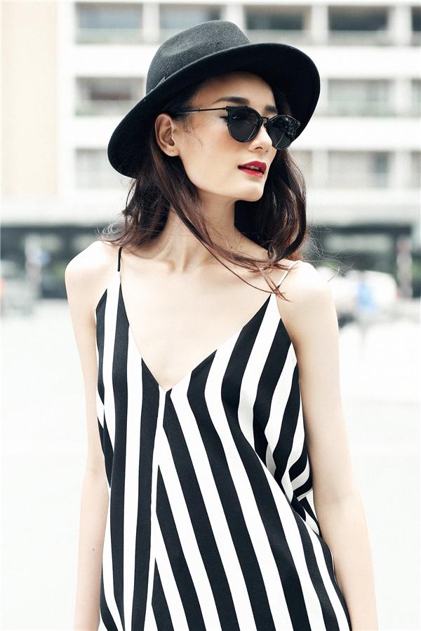 Với mỗi bộ trang phục, cô nàng không quên mang theo những món phụ kiện nhỏ xinh nhằm tăng thêm vẻ sinh động, bắt mắt.