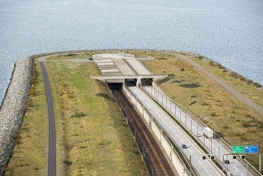 Con đường huyết mạch này có 4 làn cho xe ô tô và đường riêng cho tàu hỏa. Nếu như ở trên cầu, đường sắt nằm phía dưới đường bộ, thì trên đất liền, đường sắt nằm ở phía tay phải. (Ảnh: Internet)