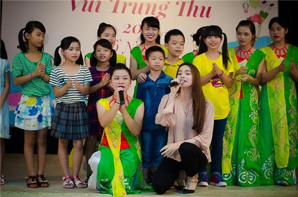 Các bạn nhỏ rất hào hứng trước sự xuất hiện của nữ hoàng giải trí. - Tin sao Viet - Tin tuc sao Viet - Scandal sao Viet - Tin tuc cua Sao - Tin cua Sao