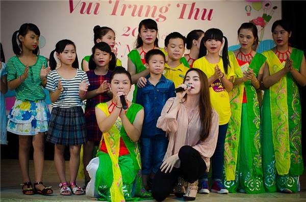 Hồ Ngọc Hà và cácfan nhí đặc biệt của mình cùng nhau hòa chung giọng hát. - Tin sao Viet - Tin tuc sao Viet - Scandal sao Viet - Tin tuc cua Sao - Tin cua Sao