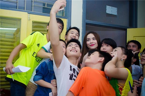 Sau chương trình tại Hà Nội, Hồ Ngọc Hà sẽ đến với các bạn trẻ tại Huyện Cần Giờ, Nhà Bè, Bình Chánh để trao những suất quà và học bổng tiếp theo. - Tin sao Viet - Tin tuc sao Viet - Scandal sao Viet - Tin tuc cua Sao - Tin cua Sao