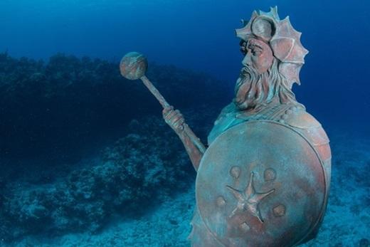 Tượng vệ thần của Rạn san hô, đảo Grand Cayman:Nancy Easterbrook, người đã đặt bức tượng này dưới biển, khẳng định nếu bạn dành cho tượng một nụ hôn, bạn sẽ gặp nhiều may mắn. Ảnh:Chris Parsons.