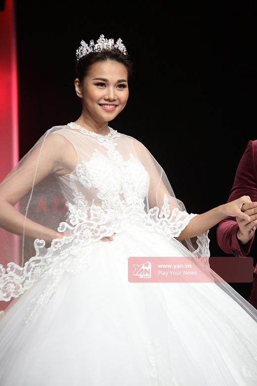 Nữ giám khảo quyền lực của Vietnam's Next Top Model 2015 cũng giữ vai trò vedette trong bộ sưu tập này. Cô diện chiếc váy cưới trắng bồng xòe như một nàng công chúa bước ra từ câu chuyện cổ tích. Tạo hình này của Thanh Hằng khiến người xem vô cùng thích thú.