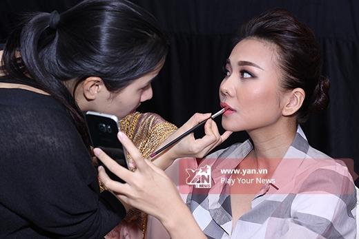 Với tinh thần làm việc chuyên nghiệp, Thanh Hằng có mặt từ rất sớm trong hậu trường để chuẩn bị cho phần làm tóc, trang điểm cũng như thử trang phục cùng các nhà thiết kế.