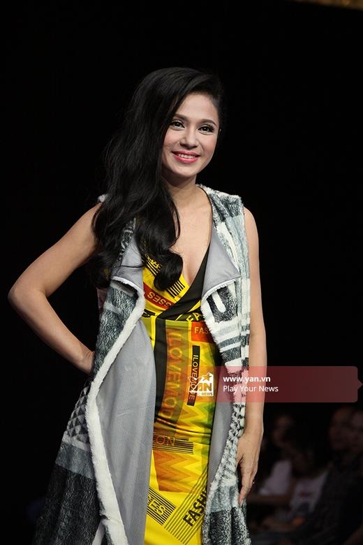 Ngoài ra, show diễn còn có sự góp mặt của diễn viên Việt Trinh. Mặc dù không sở hữu chiều cao chuẩn như người mẫu nhưng cô vẫn trình diễn rất tự tin, thu hút.
