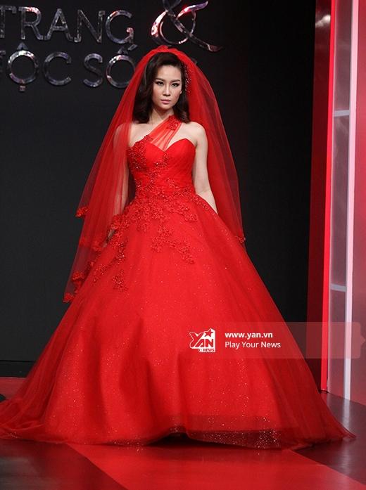 Sắc đỏ quyến rũ, nồng nàn - tông màu truyền thống cho chiếc váy cưới của cô dâu.