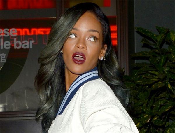 """Một trong những nhân viên làm việc với Rihanna đã cáo buộc rằng kể từ khi Riri chia tay bạn trai, cô nàng rất khó chịu. Nữ ca sĩ luôn có những nhu cầu thái quá, luôn càu nhàu và không bao giờ nói """"làm ơn"""" hay """"cảm ơn""""."""