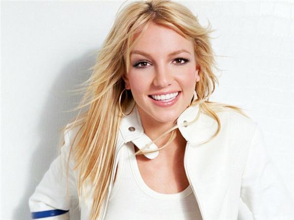 """Năm 2010, Britney Spears đã bị vệ sĩ riêng Fernando Flores đệ đơn kiện vì tội cố tình quấy rối tình dục. Theo đó, Flores cáo buộc Brit từng nude trước mặt và đề nghị anh """"lên giường"""" nhiều lần. Chàng vệ sĩ buộc phải thôi việc sau khi thấy thân chủ thường xuyên """"lượn lờ"""" trước mặt khi không có mảnh vải che thân, và làm nhiều hành động khiêu khích."""