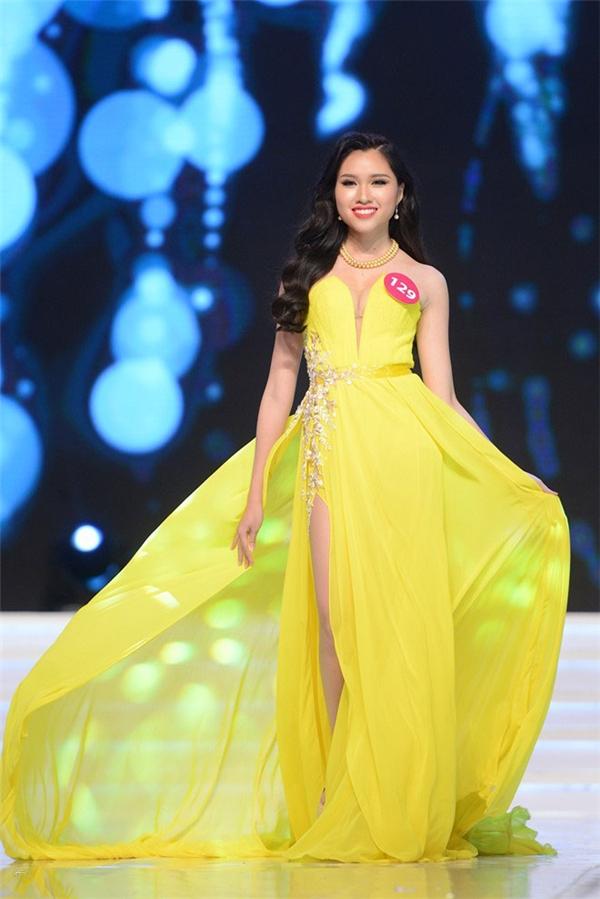Đặng Dương Thanh Thanh Huyền cũng chọn kiểu váy xẻ tà nhưng với chi tiết cúp ngực cùng tông vàng sậm ấm áp, nổi bật.
