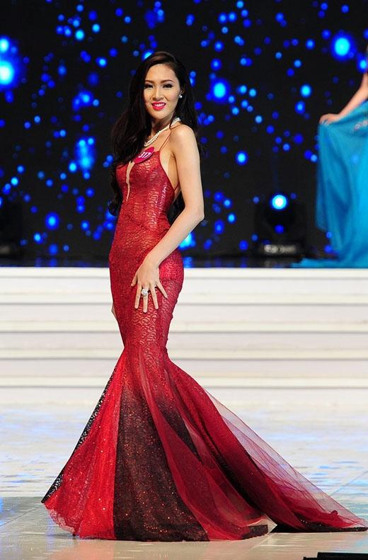 Trương Thị Diệu Ngọc, thí sinh sở hữu chiều cao khủng nhất cuộc thi năm nay - 1m80. Với tỉ lệ thân hình cân đối, cô chọn diện chiếc váy đuôi cá ôm sát khoe trọn đường cong trên cơ thể.