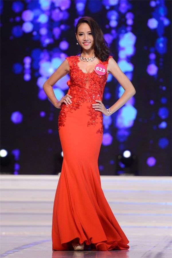Trần Thị Thùy Trang, 18 tuổi đến từ Thừa Thiên - Huế cũng là một nhan sắc nổi bật tại vòng chung kết. Vừa tốt nghiệp trung học phổ thông, cô gái trẻ nhanh chóng dự thi Hoa hậu Hoàn vũ Việt Nam 2015. Cô cũng thuộc top thí sinh sở hữu chiều cao khủng nhất -1m79,5.