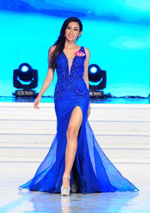 Ngoài phần ngực xẻ sâu, bộ váy của Trúc Linh còn trở nên táo bạo hơn với đường xẻ khá cao ở chân váy.