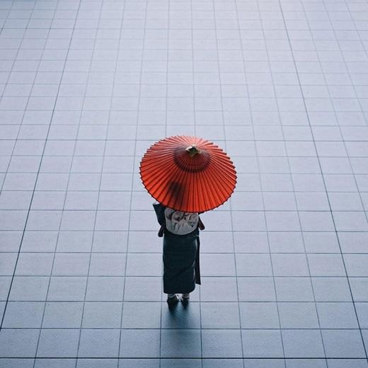 Bóng ô đỏ lặng lẽ, trầm mặc giữakhông gian đầy tĩnh lặng.(Nguồn: Bored Panda)