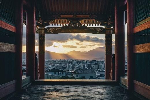 Bình minh thật hiền hòa và dịu dàng khi nhìn từ mái đình cổ kính.(Nguồn: Bored Panda)