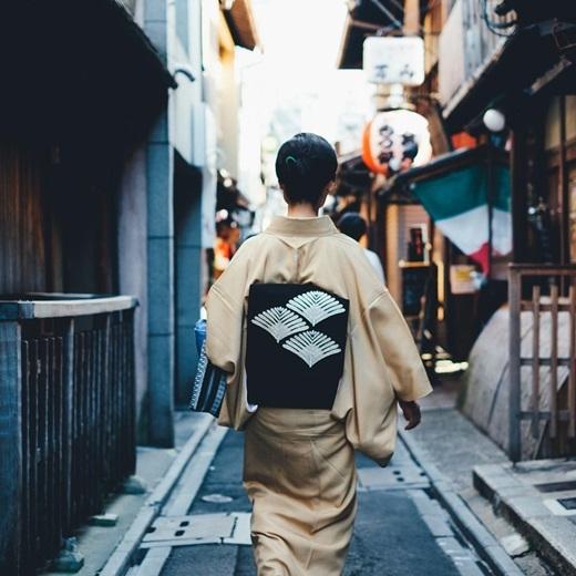 Dù nhìn ở góc độ nào, kimono vẫn khiến biết bao khách du lịch say đắm vì sựđoan trang, lịch thiệp nhưng vẫn tôn lên vẻhấp dẫn, nữ tính của phái đẹp.(Nguồn: Bored Panda)