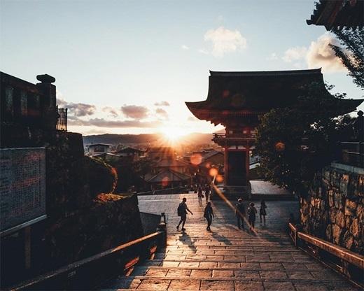 Ánh ban mai sưởi ấm ngôi chùa sau một đêm dài lạnh lẽo.(Nguồn: Bored Panda)