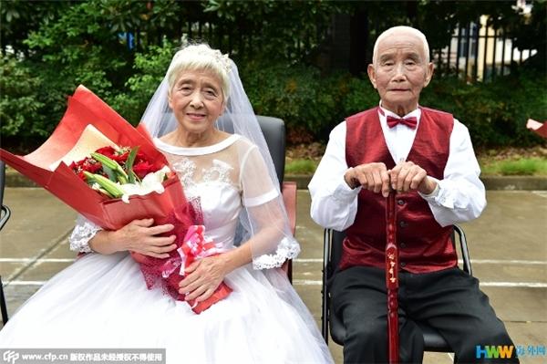 Đám cưới thà muộn còn hơn không của 22 cặp vợ chồng già