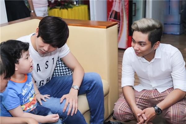 Ca sĩTim và con trai Sushibên cạnh chủ nhà Phan Hiển - Tin sao Viet - Tin tuc sao Viet - Scandal sao Viet - Tin tuc cua Sao - Tin cua Sao