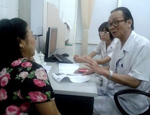 Giáo sư Vy tư vấn cho người bệnh.