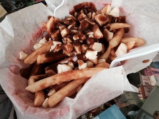 Poutine (Canada):Khoai tây chiên rưới nước thịt và thêm phô mai vừa rẻ, vừa ngon. Đây là món ăn được nhiều du khách yêu thích.