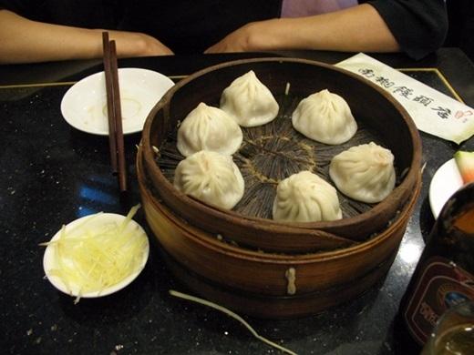 Tiểu long bao (Trung Quốc):Đây là món ăn phổ biến và nổi tiếng của Trung Quốc, được coi là đặc sản Thượng Hải. Phần nhân thịt thơm phức và nước dùng ngọt ngào bên trong, kết hợp với vỏ bánh mềm khiến du khách ăn mãi không thấy chán.