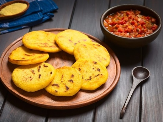 Arepa (Colombia):Loại bánh làm từ bột ngô hay bột mì này được nướng hoặc rán, ăn vào bữa sáng hoặc bữa xế ở Columbia. Người dân thường cho bơ, phô mai, trứng, sữa đặc, xúc xích cay hay sốt hành lên trên.