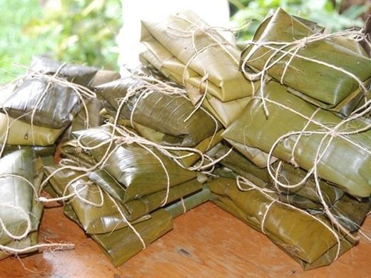 Tamale (Costa Rica):Du khách tới Costa Rica vào tháng 12 sẽ gặp rất nhiều loại tamale (bánh lá) độc đáo, vì đây là loại bánh thường dành cho dịp Giáng Sinh. Tamale có nhiều loại nhân, như thịt lợn, trứng, ôliu, cà rốt..., bọc trong lá chuối và hấp chín.