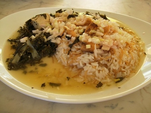 Molokhia (Ai Cập):Món ăn phổ biến ở Ai Cập này sử dụng lá Molokhia có vị đắng, giã nhuyễn sau đó nấu với rau mùi, tỏi và nước xương hầm. Loại sốt này thường được ăn kèm với thịt gà, thỏ, cừu hoặc cá.