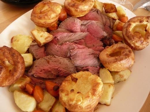 Bò nướng và bánh pudding Yorkshire (Anh):Du khách nên thưởng thức món nổi tiếng này khi đến Anh. Thịt bò nướng thơm phức ăn kèm bánh nóng sẽ để lại nhiều ấn tượng khó quên.