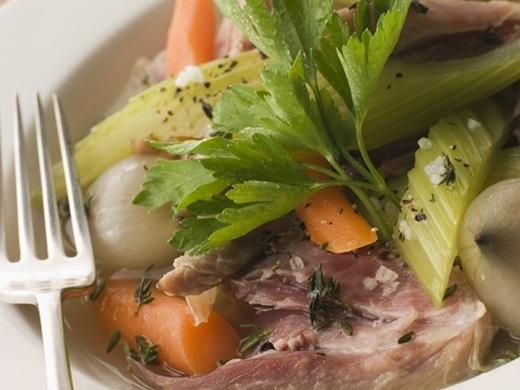 Pot-au-Feu (Pháp):Món ăn của vùng nông thôn nước Pháp sử dụng các nguyên liệu như thịt bò, rau củ được hầm nhừ với nhiều gia vị. Nước dùng được cho ra bát riêng để ăn cùng thịt.