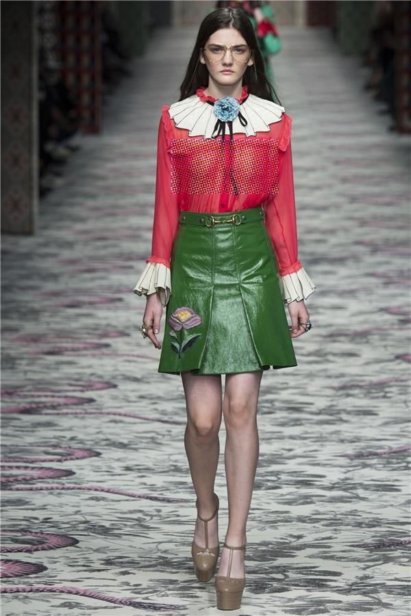Giới mộ điệu thời trang và giới chuyên môn cũng không tiếc lời khen ngợi những thiết kế này từ phom dáng, chất liệu, dĩ nhiên ngoại trừ việc quá mỏng.