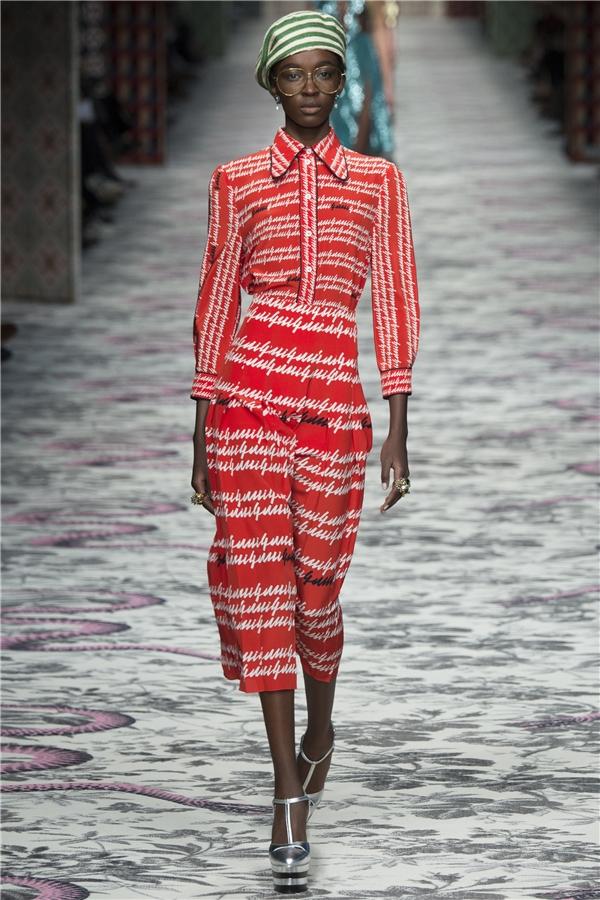 Sự hòa quyện giữa màu sắc, họa tiết đã thể hiện trọn vẹn tinh thần bộ sưu tập Xuân - Hè 2016 của Gucci.