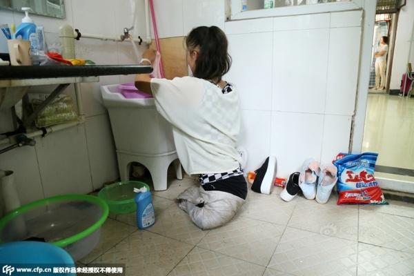 Cô tự di chuyển bằng hai tay.   Làm vệ sinh cá nhân và lau dọn mỗi ngày.