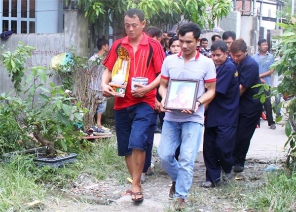 Người thân và hàng xóm tổ chức lễ tang cho cháu Thắng. Ảnh: L.B