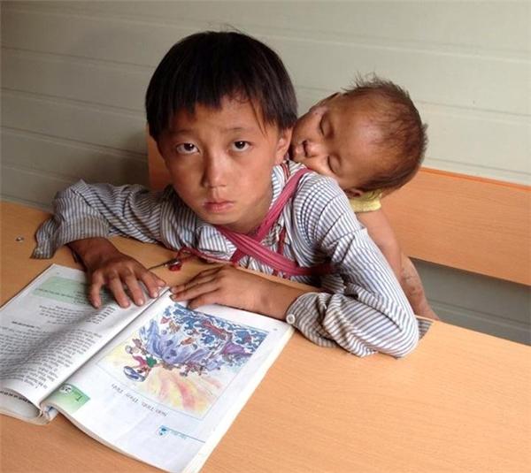 Trong khi người anh đang học tập, em bé vẫn say giấc.