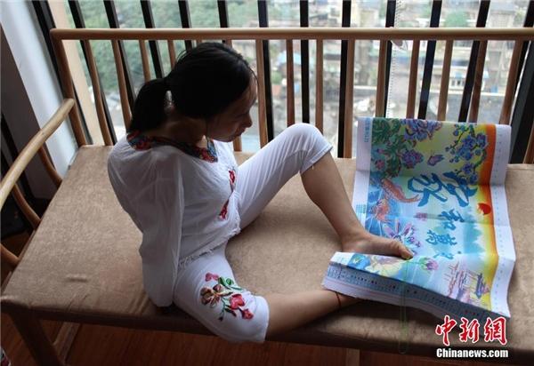Cô gái tật nguyền thêu chữ thập bằng chân kiếm sống