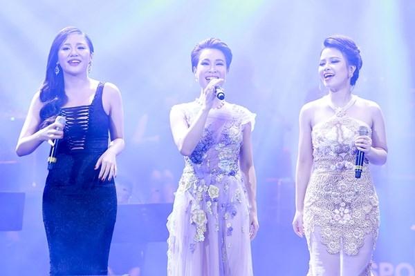 Ba nữ ca sĩ tham gia vào show diễn củaPeabo Bryson là Uyên Linh, Văn Mai Hương và Dương Hoàng Yến. - Tin sao Viet - Tin tuc sao Viet - Scandal sao Viet - Tin tuc cua Sao - Tin cua Sao