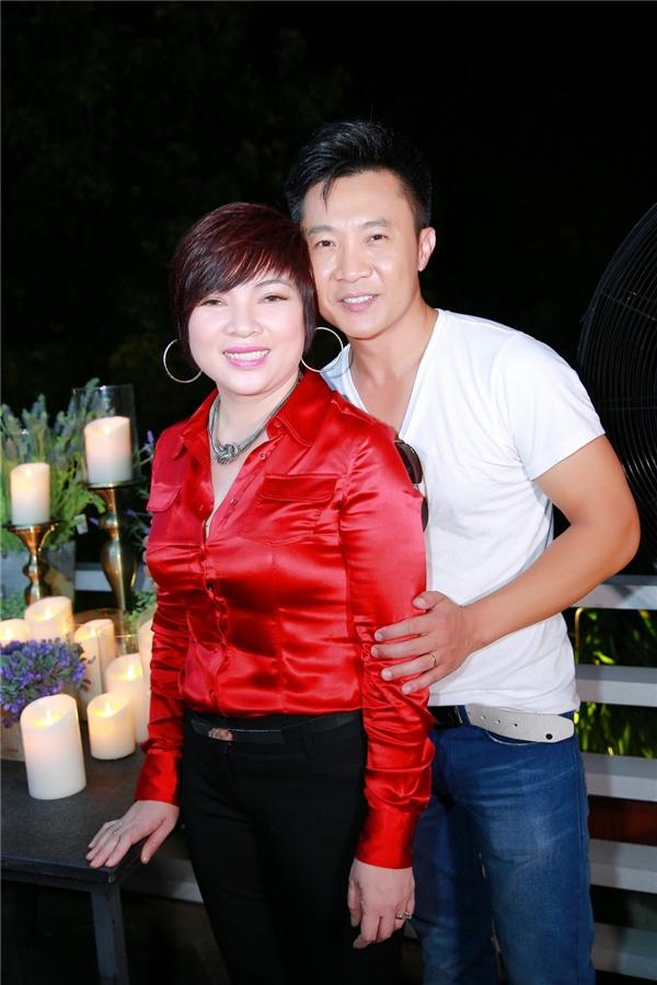 Hai vợ chồng nam ca sĩ Trịnh Lam. - Tin sao Viet - Tin tuc sao Viet - Scandal sao Viet - Tin tuc cua Sao - Tin cua Sao