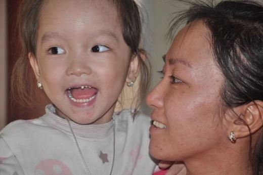 Cô bé đáng thương ngày nào giờ đã lớn với khuôn mặt xinh xắn, đáng yêu